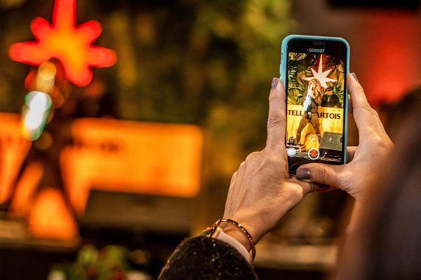 O Festival de Cinema de Gramado, que acontece na Serra Gaúcha, é um dos eventos mais importantes do cinema nacional, reunindo atores e personalidades nos quatro dias de realizações. E, durante a badalação dessa charmosa cidade no inverno, acontece o  Red Carpet Weekend, que  promove algumas das principais labels de baladas eletrônicas e festas do Brasil, com eventos exclusivos dentro do Expogramado, com assinatura de duas marcas de peso do live marketing nacional: Agência MAK, Grupo Austral e Mirada Label.
