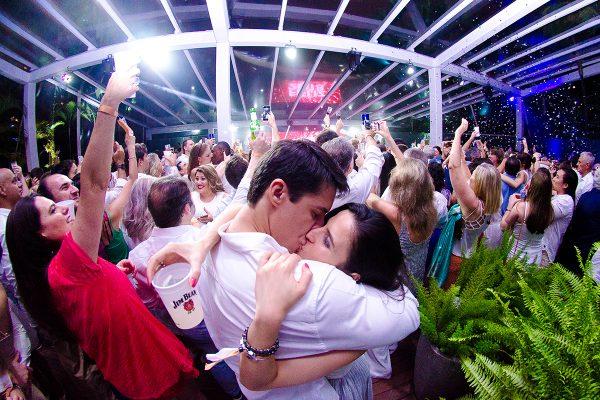 O Réveillon Tivoli Celebre é realizado em um dos endereços mais incríveis e sofisticados do Brasil O Hotel Tivoli Mofarrej São Paulo e leva a assinatura da Agência Mak.  Uma festa realizada no hotel mais exclusivo de São Paulo, com a estrutura perfeita para uma virada de ano inesquecível com atrações únicas à beira da piscina, além de um cardápio sofisticado preparado para surpreender todos os convidados.