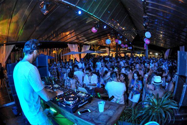A Praia das Toninhas, em Ubatuba, no litoral norte paulista acaba de ganhar um novo point com programação exclusiva e o melhor do entretenimento:  o Parador Ubatuba. Dentro do P9, espaço de eventos já conhecido por sua infraestrutura e vista para o mar. Além das melhores atrações, lives performances, DJ's, pocket shows,  um lindo sunset e uma carta de drinques especiais, o espaço se destaca por sua infraestrutura completa na cidade de Ubatuba, considerada uma das principais rotas de turismo nos feriados, datas comemorativas e férias, mas que ainda não tinha um beach club à altura.