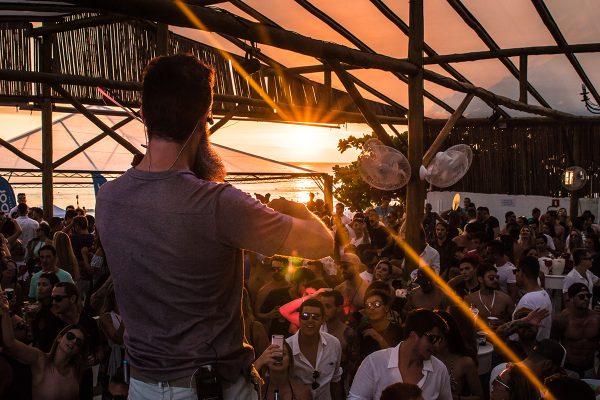 Parador Maresias  O Parador é um day club localizado em Maresias. Inaugurada em 2010, a casa é um espaço de 2.000m², de frente para o mar, com capacidade para até 500 pessoas. Além de ser pé na areia, o Parador possui um deck com uma piscina de 120m², circulada por cadeiras de praia, bangalôs e mesas, com visão para a praia.  A casa costuma receber diversas apresentações de renomados artistas internacionais. Para se ter uma ideia, já passaram pela casa os DJs internacionais Sebastian Arevalo e Roger Sanchez.  Para que a galera possa curtir o sunset do nosso Beach Club, o Parador oferece um cardápio variado de comidas e bebidas, entre eles os hambúrguers e petiscos que são muito bem acompanhados pelos drinks, sucos e coquetéis da casa.